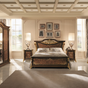 κλασσικό κρεβάτι με χρυσές ανάγλυφες διακοσμήσεις