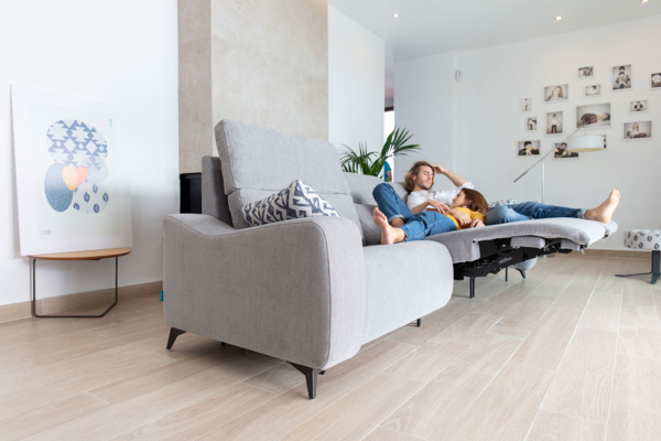 καναπές με ποδαράκια και relax μηχανισμό