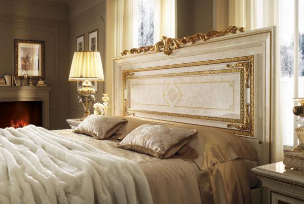 κλασσικό κρεβάτι με σκαλιστή κορόνα