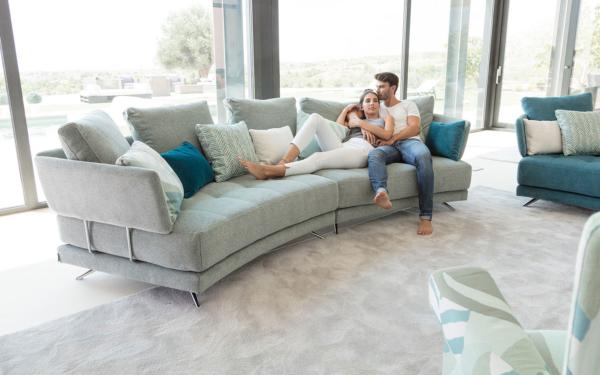 μεγάλος καναπές καμπύλος με λεπτά μπράτσα