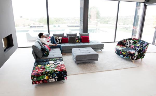 πολυμορφικός καναπές με έντονα υφάσματα