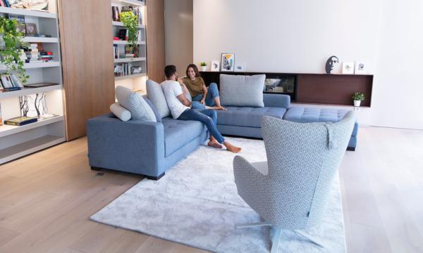 καναπές γωνία με καρό ύφασμα