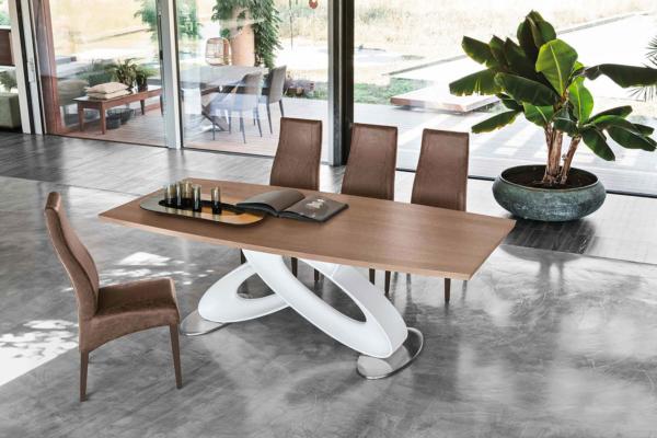 τραπέζι με λευκή βάση