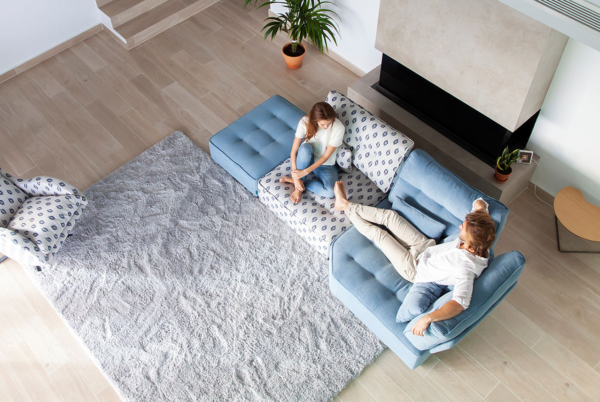 γαλάζιος καναπές με μοτίβα