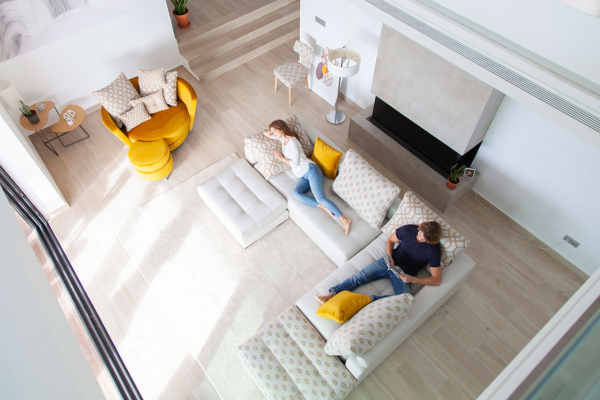 καναπές γωνία με κίτρινη στρογγυλή πολυθρόνα