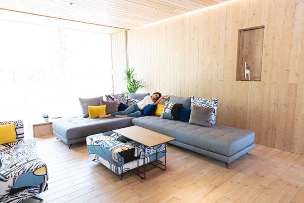 γκρι καναπές με artistic υφάσματα