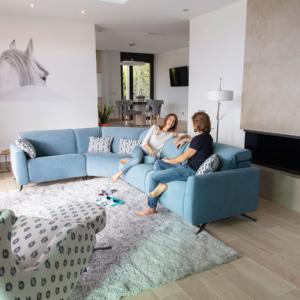 γωνιακός καναπές με μηχανσισμούς στην πλατη και στο κάθισμα